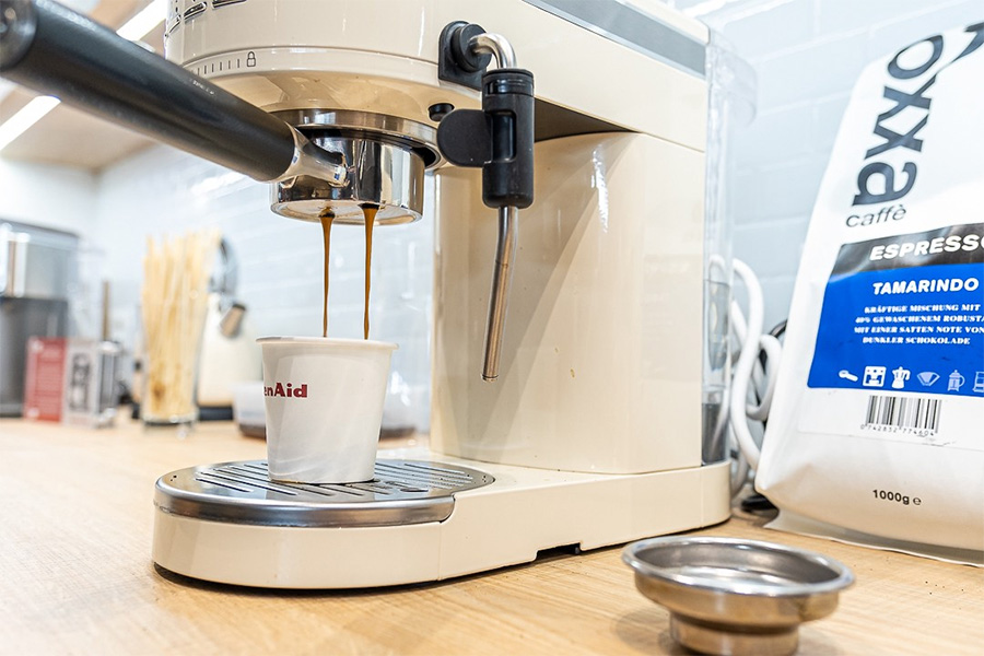 kitchenaid small appliances shows trade partners how to